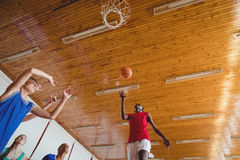 Entschlossene Highschool Kinder, die Basketball spielen Stockfoto