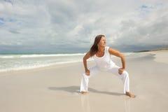 Entschlossene reife Frau, die Strand ausübt Stockbilder