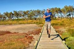 Entschlossene Stöße des jungen Mannes auf woodwalk Stockfoto