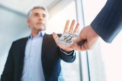 Entschlossener Geschäftsmann, der große Bestechungsgelder annimmt lizenzfreie stockbilder