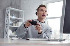 Entschlossener Jugendlicher, der ein Computerspiel spielt Lizenzfreie Stockfotografie