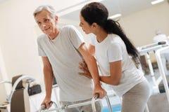 Entschlossener Pensionär, der auf seiner Unterstützung sich lehnt stockbild