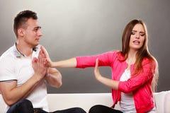 Entschuldigungsfrau des Ehemanns Verärgerte Umkippenfrau Stockfoto