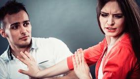Entschuldigungsfrau des Ehemanns Verärgerte Umkippenfrau Lizenzfreie Stockfotos