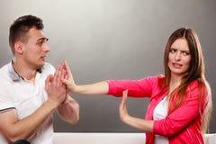 Entschuldigungsfrau des Ehemanns Verärgerte Umkippenfrau Lizenzfreies Stockbild