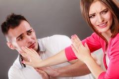 Entschuldigungsfrau des Ehemanns Verärgerte Umkippenfrau Stockfotografie