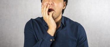 Entsetzen Sie Gestengesicht mit der Hand auf grauem Hintergrund lizenzfreie stockfotos