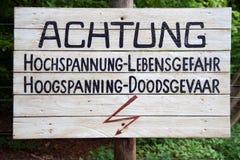 Entsetzen Sie Warnzeichen, wenn Sie Zaun - Holländer und Deutscher berühren Lizenzfreies Stockbild
