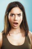 Entsetzt überraschte und beleidigte Frau stockfotografie