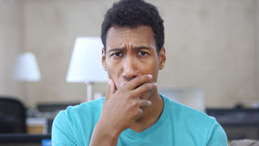 Entsetzt durch Verlust-afroen-amerikanisch Mann im Büro, Porträt lizenzfreie stockbilder
