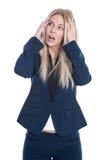 Entsetzte attraktive blonde junge Geschäftsfrau lokalisiert auf Weiß Lizenzfreie Stockfotografie