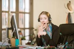 Entsetzte Berufsfrau bei einem Kopfhörer-Anruf stockfotos