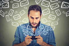 Entsetzte beschäftigte sendende Mitteilungs-E-Mail des Mannes vom intelligenten Telefon emailen das Ikonenfliegen des Handys Stockfoto