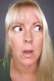 Entsetzte blonde Frau Lizenzfreie Stockfotos