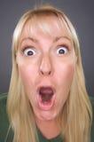 Entsetzte blonde Frau mit lustigem Gesicht Stockfotos