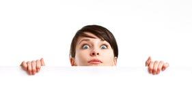 Entsetzte Frau, die ein leeres Blatt Papier anhält Lizenzfreies Stockbild