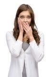 Entsetzte Frau, die Hände auf Kopf- und Mundbedeckung setzt Stockbilder