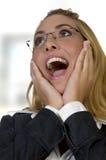 Entsetzte Frau mit den Händen auf Gesicht lizenzfreie stockfotos