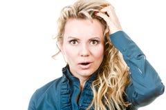 Entsetzte Frau mit der Hand auf Kopf Lizenzfreie Stockbilder