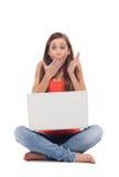 Entsetzte Frau mit Laptop Stockfoto
