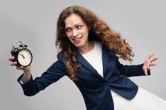 Entsetzte Frau mit Wecker lizenzfreies stockfoto