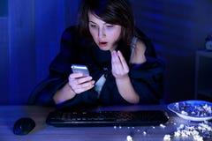 Entsetzte Frau und Mitteilung Lizenzfreies Stockfoto