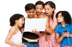 Entsetzte Freunde, die einen Laptop verwenden lizenzfreies stockfoto