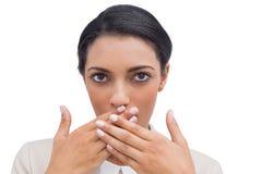 Entsetzte Geschäftsfrau, die ihre Hand vor ihrem Mund setzt Stockfotografie