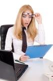 Entsetzte Geschäftsfrau mit Gläsern oben Lizenzfreie Stockfotos