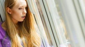 Entsetzte Jugendfrau, die durch schaut Lizenzfreies Stockfoto