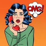 Entsetzte junge Frau, die am Telefon spricht Pop-Art Lizenzfreie Stockfotografie