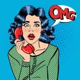Entsetzte junge Frau, die am Telefon spricht Pop-Art Lizenzfreie Stockfotos