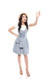 Entsetzte junge Frau, in Kleider- und des Strohhuteswellenartig bewegender Hand und weg in schauen Stockbilder