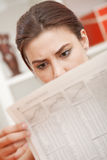 Entsetzte Nachrichten in der Zeitung Stockfotos