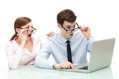 Entsetzte Paare vor Laptop Stockfotografie