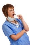 Entsetzte weibliche gefüllte Spritze des Doktors Holding Lizenzfreie Stockfotos