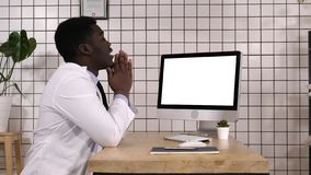 Entsetzter Arzt, der auf dem Schirm des Computers schaut Weiße Bildschirmanzeige lizenzfreies stockbild