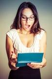 Entsetzter Frauen-Schreibens-Scheck lizenzfreies stockbild