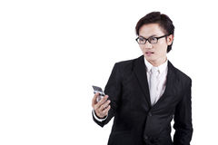 Entsetzter Geschäftsmann, der eine Meldung liest Lizenzfreies Stockfoto