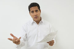 Entsetzter Geschäftsmann With Documents Stockfoto