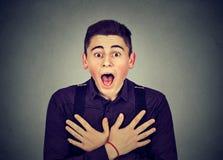 Entsetzter junger Mann der Nahaufnahme Porträt stockfotos