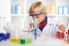 Entsetzter kleiner Chemiker Stockfoto