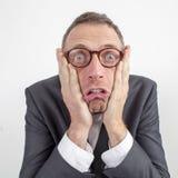 Entsetzter Manager erschrocken durch die Unternehmensmitteilung ausgedrückt mit Humor lizenzfreies stockbild