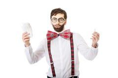 Entsetzter Mann, der Menstruationsauflage hält Stockbilder