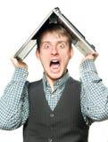 Entsetzter Mann mit Laptop über seinem Kopf Stockfotografie
