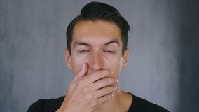 Entsetzter und überraschter Mann entfernt seine Gläser und Blicke an der Kamera in der Überraschung stock video