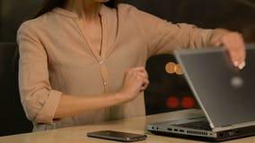 Entsetzter unglücklicher weiblicher schließend Laptop, Projektausfall, erfolglose Investition stock video footage