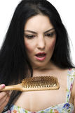Entsetztes Frauenverlusthaar auf Hairbrush Stockbild