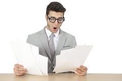 Entsetztes Geschäftsmannlesedokument Stockbilder