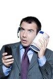 entsetztes Geschäftsmanntelefon und Geldkasten Lizenzfreie Stockfotografie